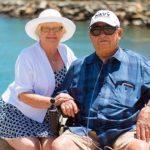 זוג בגיל הזהב מטפלים אחד בשני
