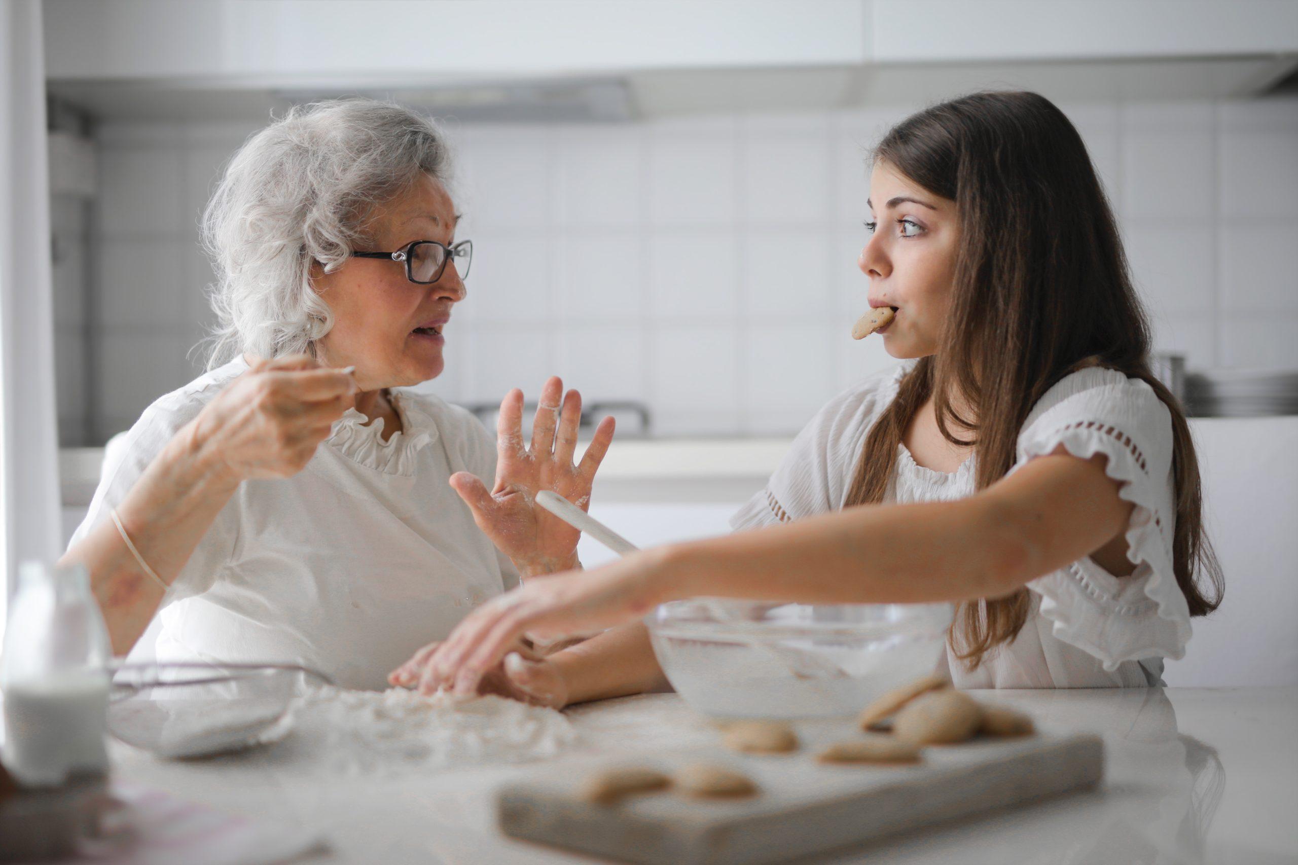 סבתא ונכדה בארוחה משותפת