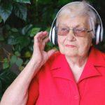 מבוגרת באדום מאזינה למוזיקה