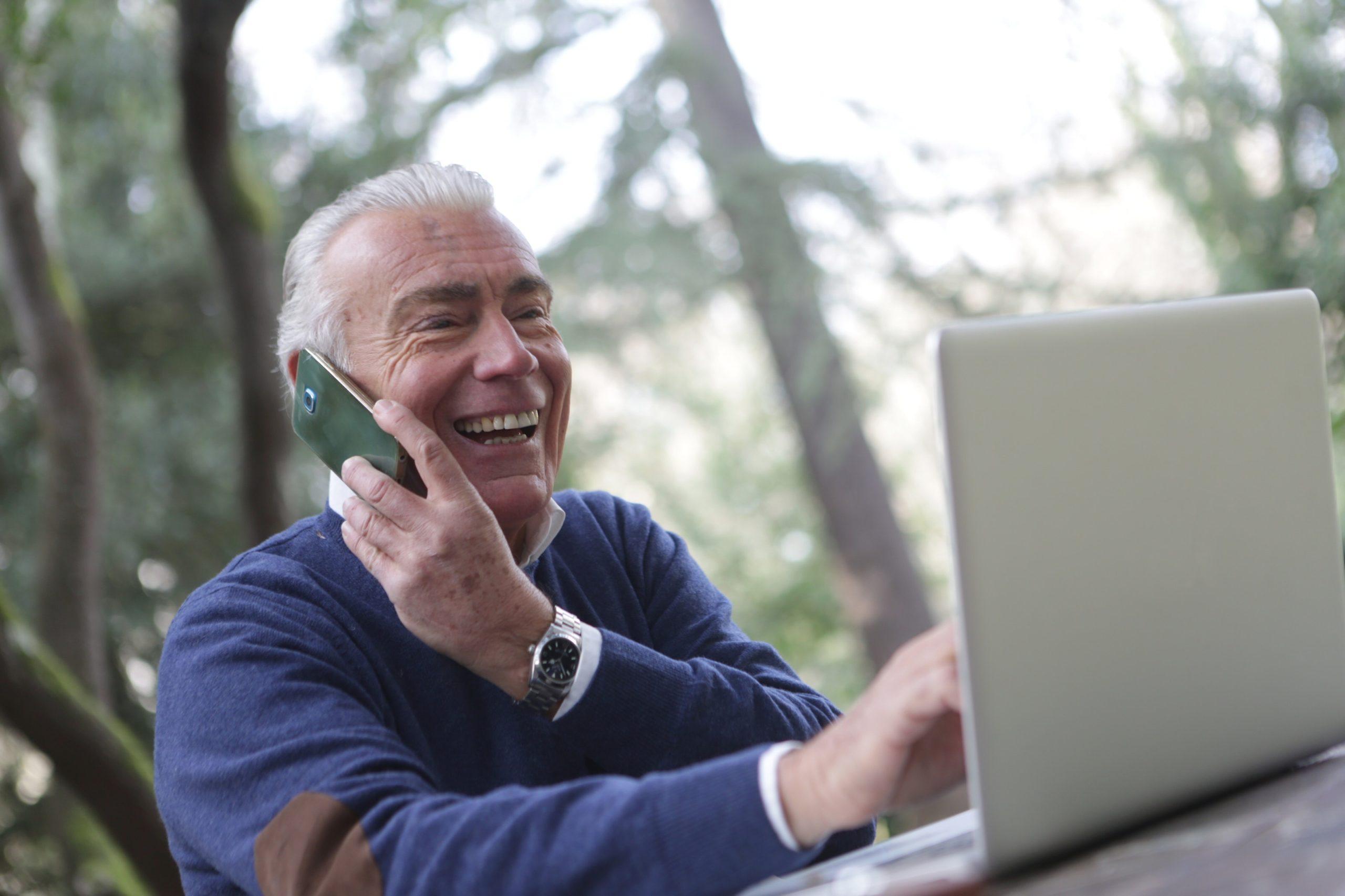 מבוגר עם מחשב נייד וטלפון