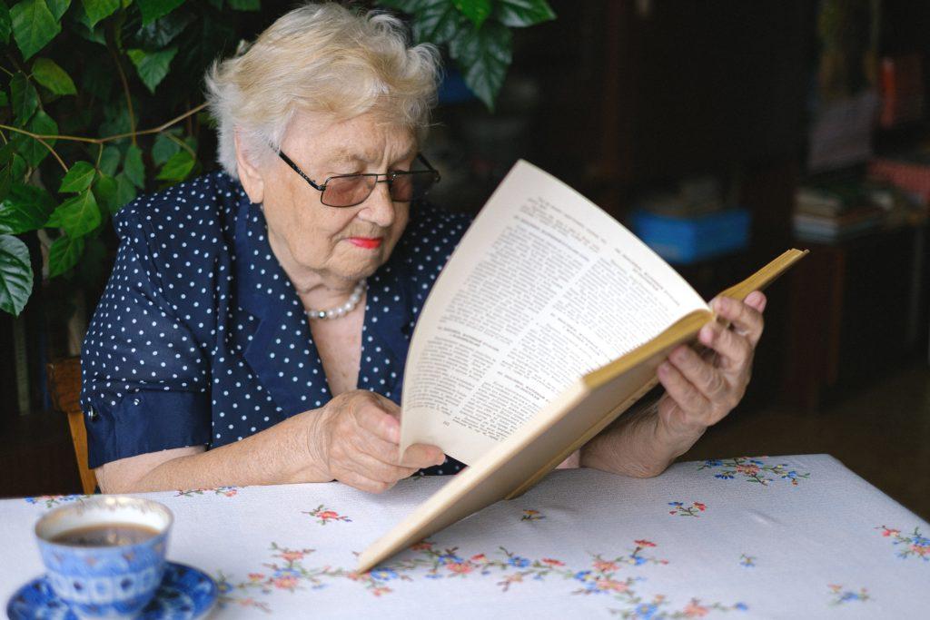 זקנה קוראת ספר