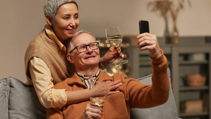 זוג מבוגרים מחובקים