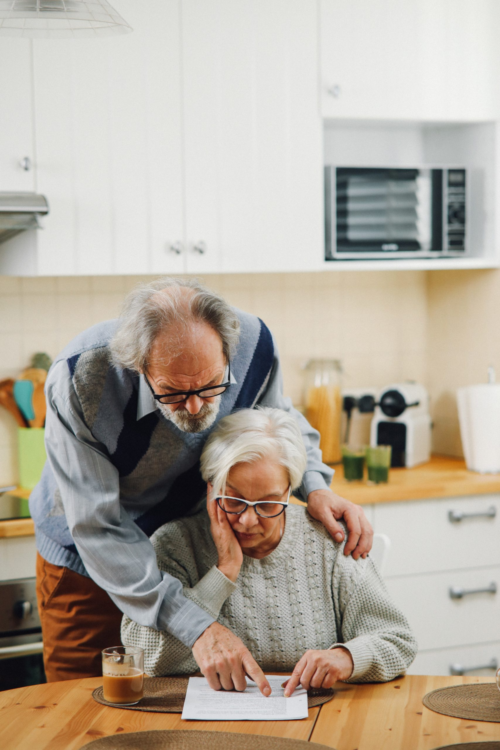 זוג מבוגרים קורא אבחנה